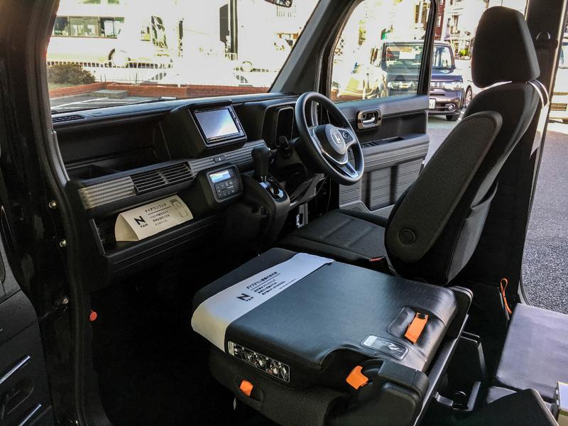 HONDA N-VANの運転席と助手席